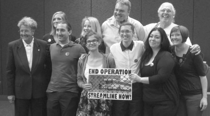 Manifestantes en contra de la Operación Streamline se expresan ante el Tribunal
