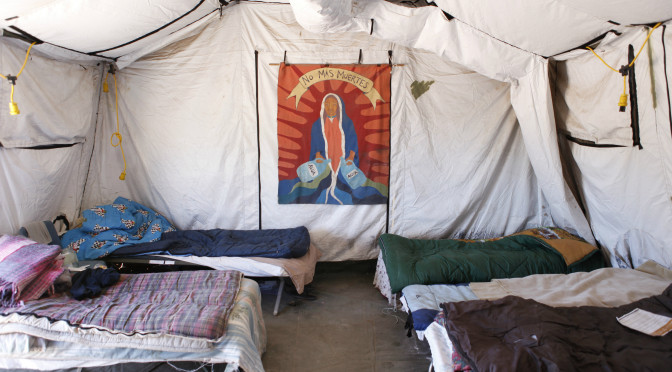 Voluntarios triplican la zona de auxilio humanitario en el desierto