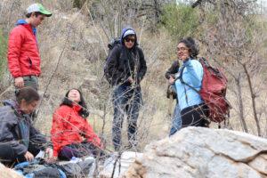 Voluntarios estudiantes del United World College, en Nuevo México, descansan cerca de Arivaca después de caminar cerca de un popular cruce de frontera. El grupo participó en la primera semana del programa de primavera de No Más Muertes. El programa dura tres semanas, del 5–26 de marzo, y los participantes se quedan una semana. Recibimos 17 voluntarios la primera semana, 20 la segunda y 21 la tercera. Los voluntarios se quedan en el Campamento Byrd en Arivaca y en Ajo. Al acabar el receso de primavera, volvemos a nuestro programa de socorro durante todo el año. Foto: Tara Trudell.